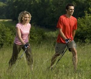 היפה והחתיך צועדים בטבע